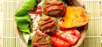 One quick and healthy recipe from The Buddhist Chef! Make the easiest and most delicious baked veggie balls ever, topped with spicy Sriracha sauce. Jean-Philippe came up with this great lunch idea that you can bring at the office. You can even eat this lunch cold when you're on the go!